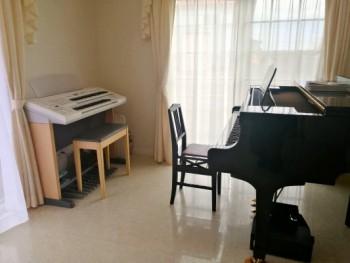 レッスン室内 ピアノ エレクトーン